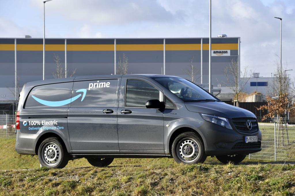 Mercedes-Benz y Amazon colaboran para reducir emisiones contaminantes con la eVito.