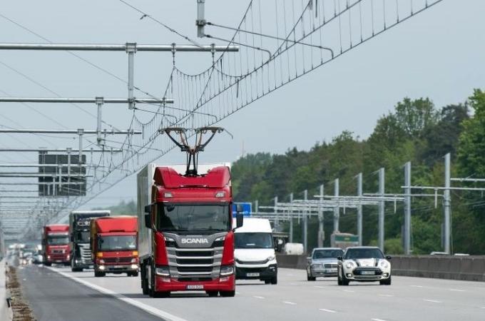 La primera carretera eléctrica que carga camiones mientras andan está en Alemania