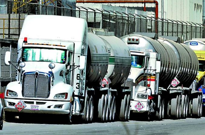 AMLO compra 571 autotanques por 85 mdd a EU